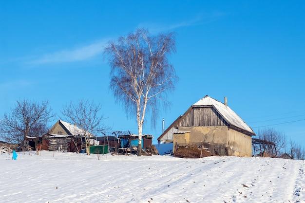 Старые деревенские дома зимой в солнечный день