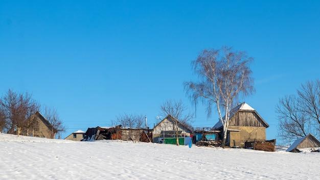 晴れた日の冬の古い村の家