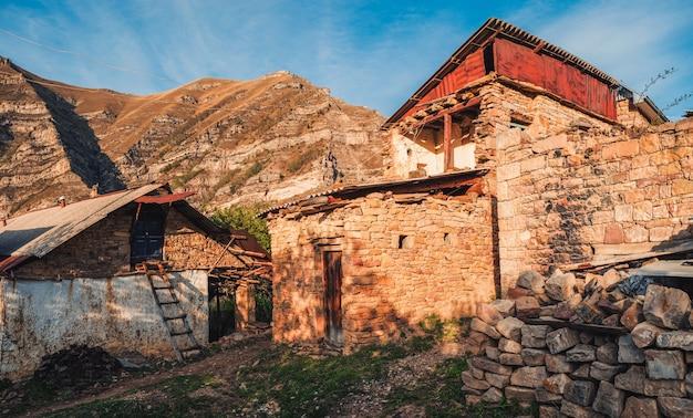 Старая деревня в дагестане. сельский каменный дом в деревне в кахибе, дагестан. россия.