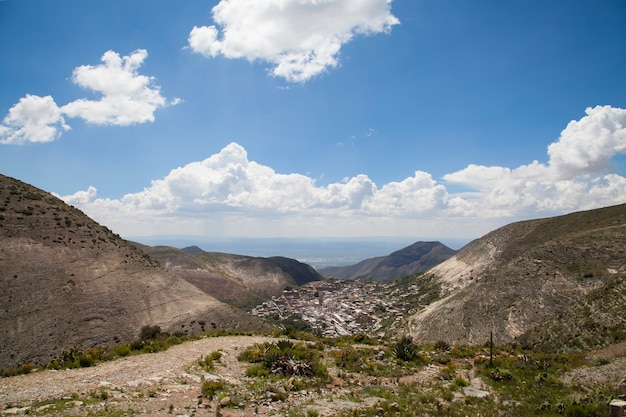 青い曇り空の風景と山の古い村