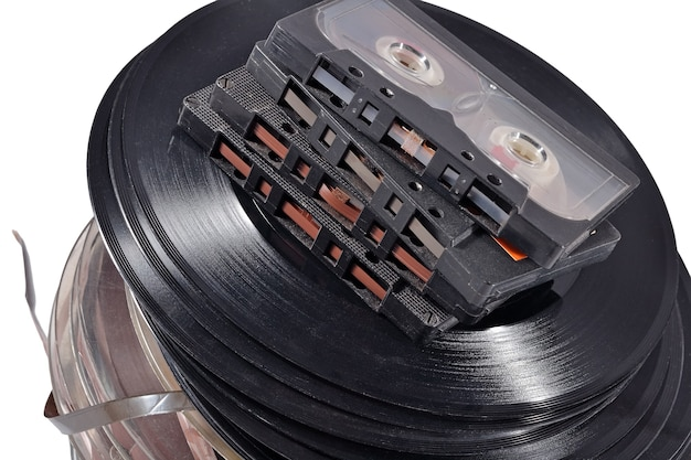 白の古いヴィンテージボビン、ビニールレコード、カセットテープ