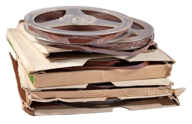 흰색 배경에 자기 테이프가 있는 오래된 빈티지 보빈