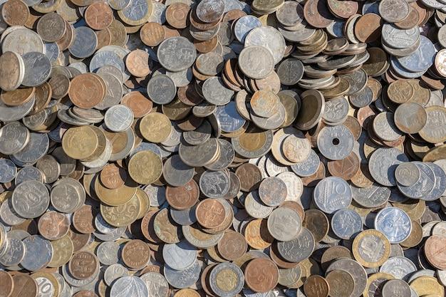Старый старинный фон монет для продажи для туристов на украинском рынке на улице в киеве, украина. крупным планом, вид сверху