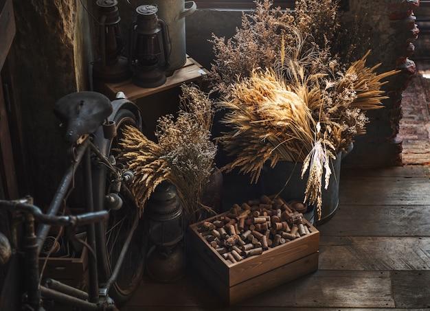 Vecchio concetto del collettore della bicicletta della lanterna della raccolta dell'annata