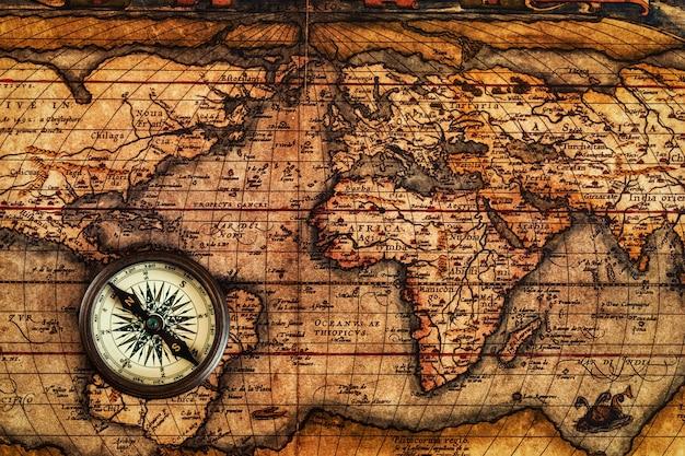 古代の地図上の古いビンテージコンパス