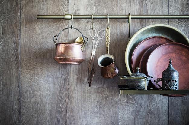 暗い木製の壁に古いヴィンテージ食器