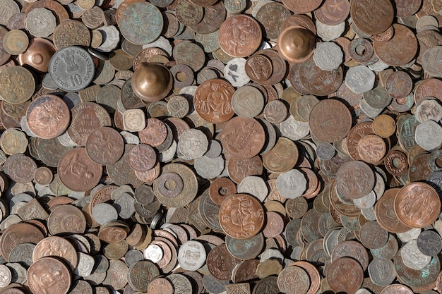 Старый старинный фон поддельные монеты для продажи туристам на индийском рынке на улице в ришикеше, индия. крупным планом, вид сверху