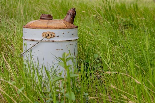 버려진 농장 마당의 풀밭에 버려진 오래된 빈티지 가스