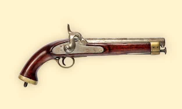 Старый старинный ручной пистолет кремневый пистолет с деревянной ручкой, вид сбоку, изолированные