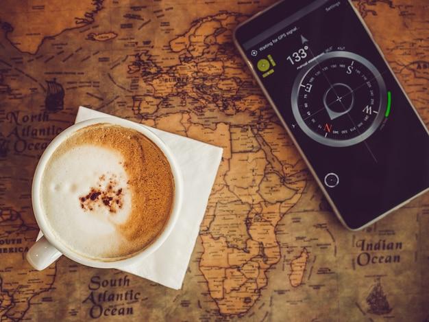 古い、ビンテージの地図と携帯電話。上面図