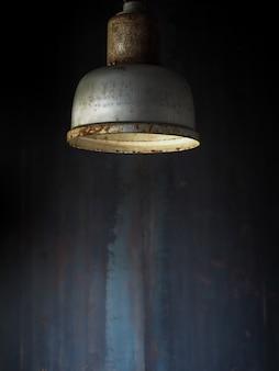 어두운 방에 걸려 오래 된 빈티지 금속 천장 램프