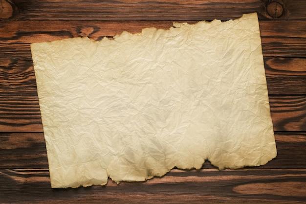 Старая винтажная бумага на коричневых деревянных досках