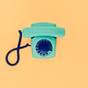 노란색 바탕에 오래 된 빈티지 전화