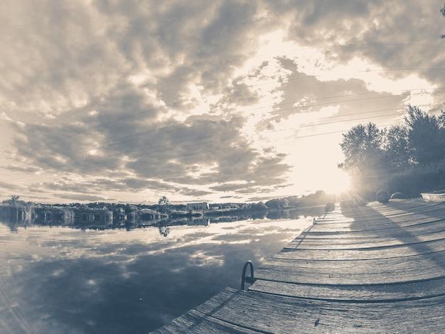 오래 된 빈티지 사진 풍경 호수 계류 거울 하늘을 반영