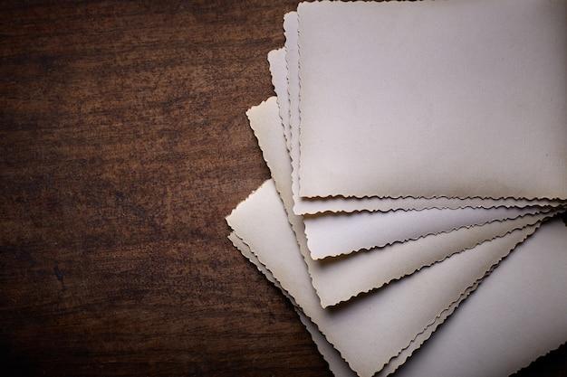 テーブルの上の古いビンテージ写真。白紙。