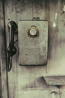 Старый старинный общественный таксофон