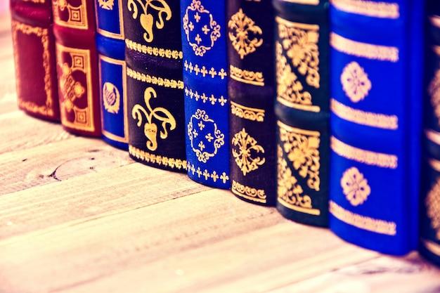 나무 테이블에 오래 된 빈티지 레트로 책입니다.