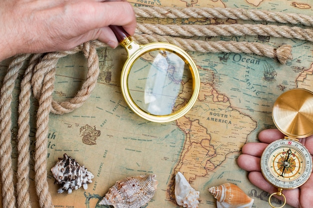 Старый урожай ретро компас, увеличительное стекло на древнем мире ма