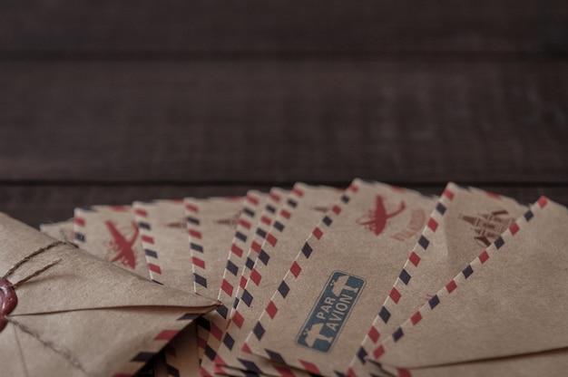 古い暗い茶色の木製のテーブルにワックススタンプが付いた古いビンテージレトロな封筒