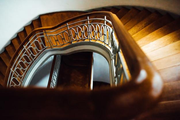 Старая винтажная полукруглая лестница с деревянной лестницей