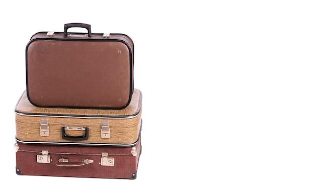 Старые старинные чемоданы изолированы
