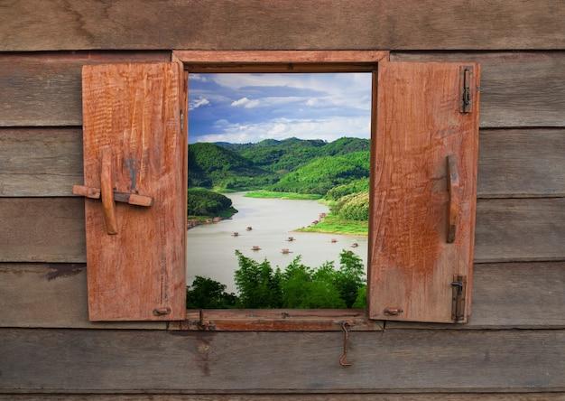 古いヴィンテージの木製窓