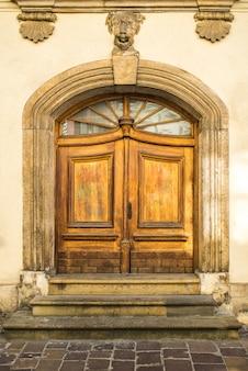古典的なヨーロッパの金属製のドアと古いヴィンテージ木製