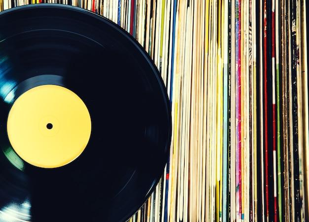 古いビニールレコードとアルバムのコレクション