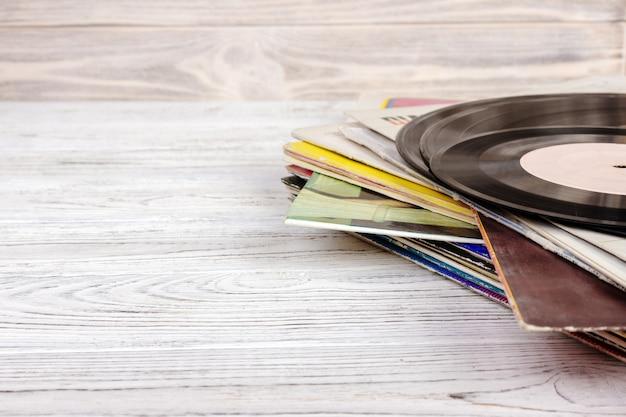 Старая виниловая пластинка на деревянном столе, селективный фокус и тонированное изображение