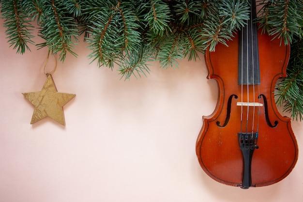 Старые ветви скрипки и ели с рождественским декором. рождество, новогодняя концепция. вид сверху, крупным планом на фоне пастельных тонов