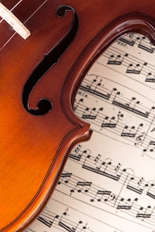 楽譜に横たわる古いヴァイオリン、音楽のコンセプト