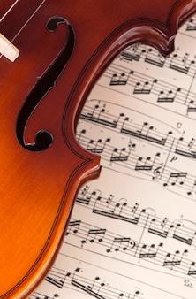 음악, 음악 개념의 시트에 누워 오래 된 바이올린