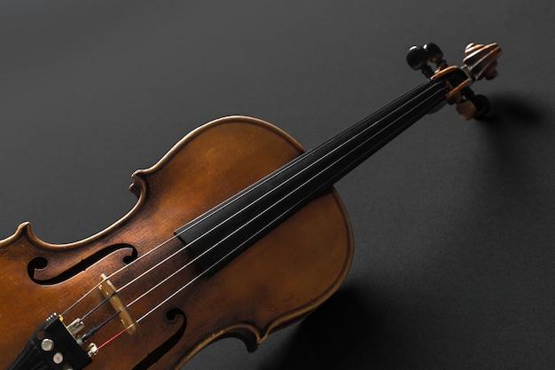 黒の背景に古いバイオリン