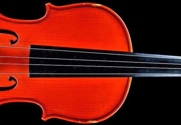 Старая скрипка на шелковой ткани