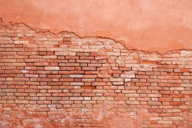 古い壁のレンガと漆喰の抽象的なパターン