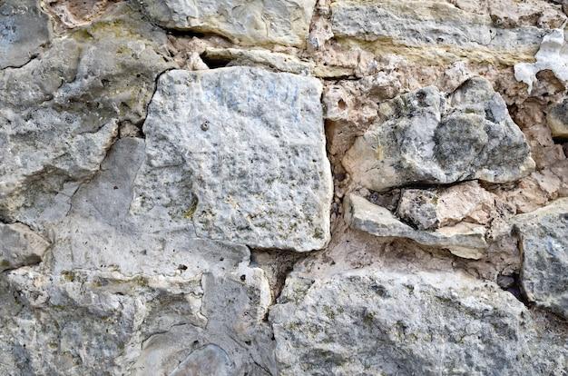 さまざまなサイズの荒い石で作られた古い壁