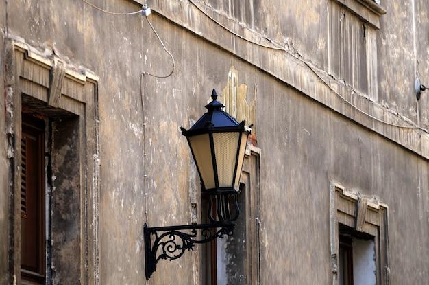 Старый настенный светильник уличного освещения.