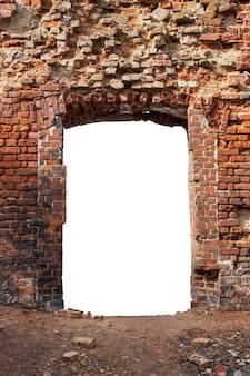 真ん中に穴の開いた古いレンガで作られた古い壁。白い背景で隔離。グランジフレーム。垂直フレーム。高品質の写真