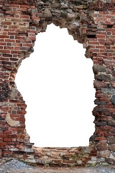 真ん中に赤レンガの穴がある古い壁。白い背景で隔離。垂直フレーム。グランジフレーム。高品質の写真