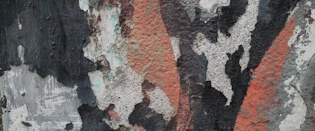 시멘트 표면에 필링 페인트가 있는 오래된 벽