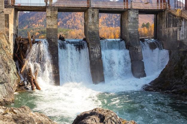 シベリア、アルタイ、チェマルの古い水力発電所