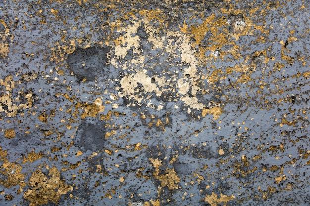 필 링 페인트와 오래 된 풍 화 벽