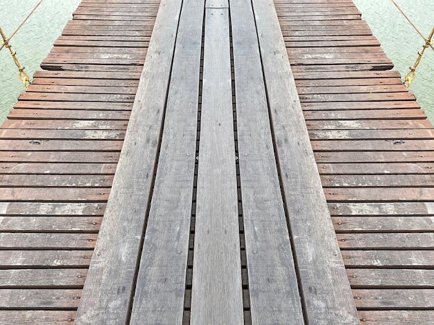 오래 된 풍 화 나무 다리 바닥