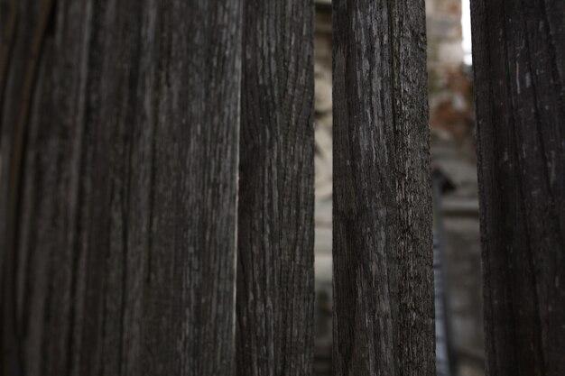 穴のある古い風化した木製の柵