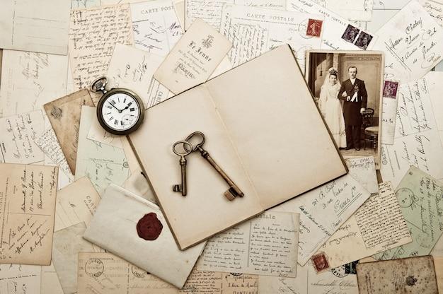 오래 된 웨딩 사진 편지와 엽서 향수 빈티지 배경