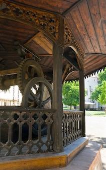 チェコ共和国の中世のクジヴォクラート城の中庭にある古い井戸(中央ボヘミア、プラハ近郊)