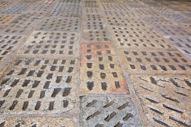 雨の後の古い濡れた舗装スラブ。プラハ、チェコ共和国