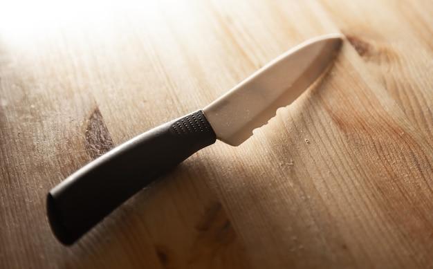 壊れた刃を持つ古い白いセラミックナイフ壊れた標準以下のナイフ