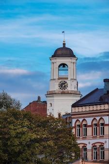 秋の夕暮れ時ロシア、ヴィボルグ市の古い白い時計塔