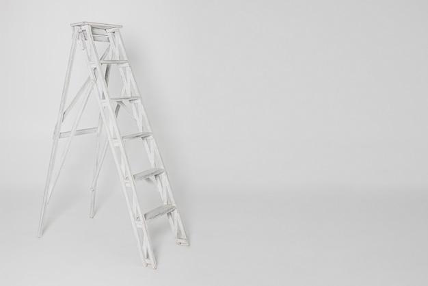 白い背景上に分離されて古い白いはしご